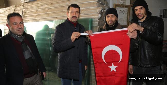 Eyyübiye Belediyesi Bayrak Dağıttı
