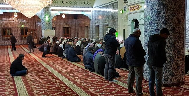 Gençler, Eyüp Peygamber Camisi'nde sabah namazında buluştular