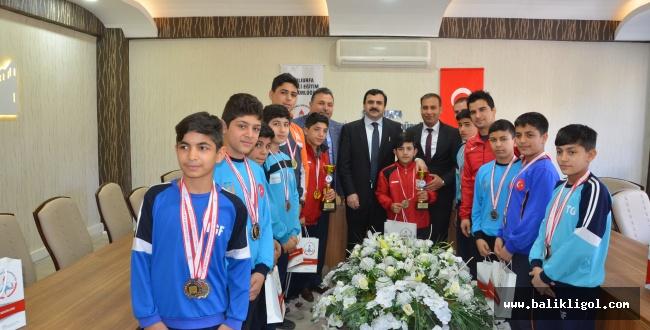 Madalyalarıyla birlikte MEB Müdürünü Ziyaret Ettiler