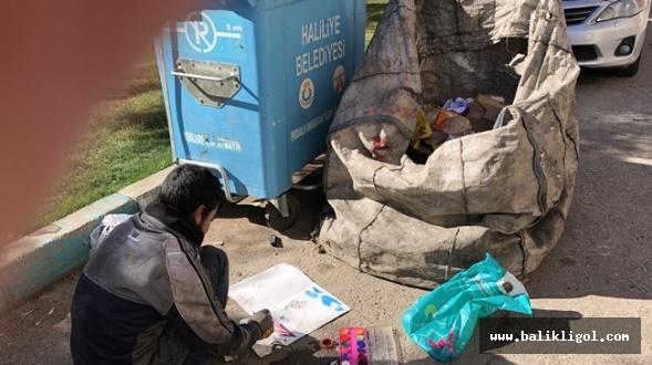 Okuma Hasretini Çöp Bidonlarının Yanında Resim Yaparak Gideriyor