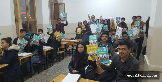 Urfa'da Üniversite hazırlık öğrencilerine kaynak kitap dağıtıldı
