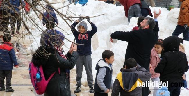 Urfa'ya kar yağmayınca Büyükşehir kamyonlarla kar getirdi