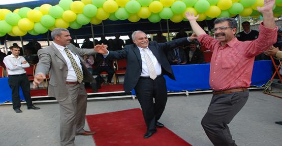 Fakıbaba, Bakanı Çiftetelli Oynayarak karşıladı