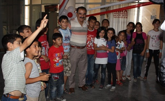 CHP heyeti çocukları sevindirdi