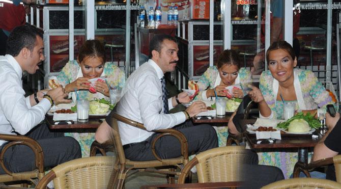 Ünlü sanatçı Akalın'dan çiğ köfte üzeri hamburger keyfi