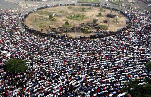 Mısır'da Darbe karşıtları bayramı meydanlarda kutladı