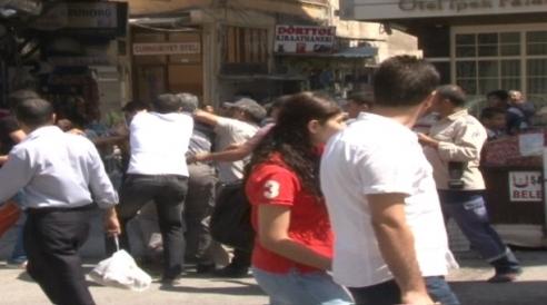 Trafik sıkışınca tekme tokat kavga ettiler VİDEO