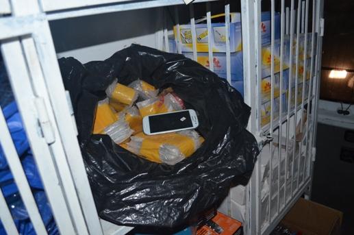 Kaçak cep telefonları zulada ele geçirildi