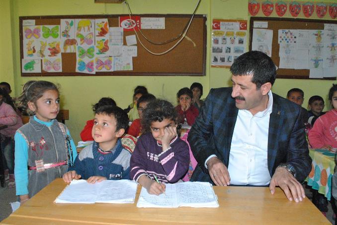 Ekinci, öğrenci sıralarına oturdu VİDEO
