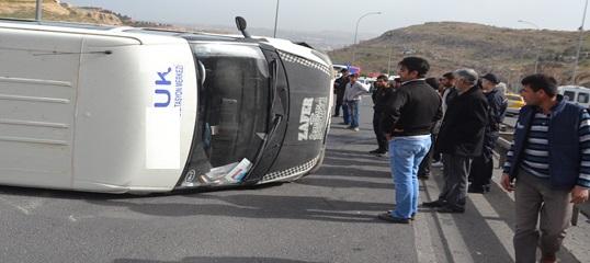Akabe yokuşunda minibüs takla attı 3 yaralı