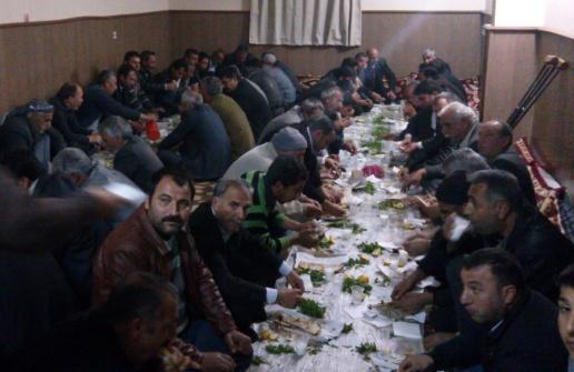 Kendisine oy verenlere yemek ziyafetiyle teşekkür etti