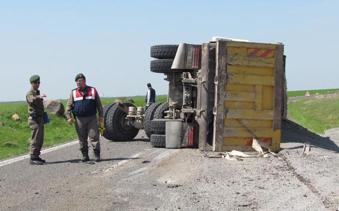 Urfa'da Kamyon devrildi: 2 yaralı