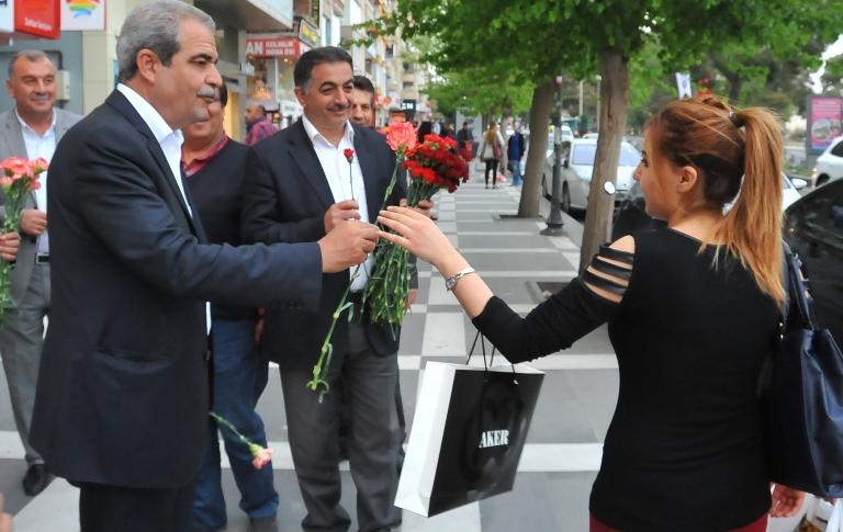 Başkan Demirkol Karanfil dağıtarak başladı VİDEO