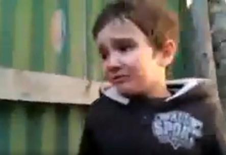Horoz, artistlik yapan çocuktan intikamını aldı VİDEO