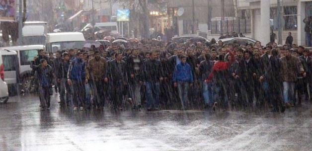 6 bin kişi yağmuru dinlemeden yürüdü
