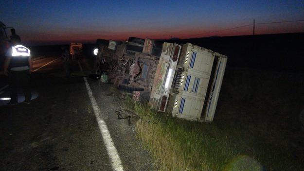 Saman yüklü kamyon devrildi:1 yaralı