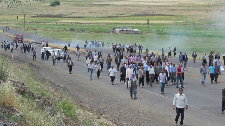 Çiftçiler Elektrik Kesintisi için yol kapattı