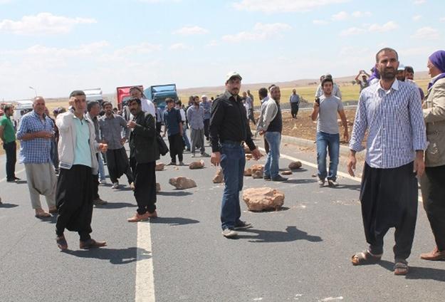 Elektrik faturalarına isyan eden çiftçiler yol kesti