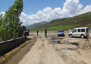 PKK yol kesip Karayolunu ulaşıma kapattı