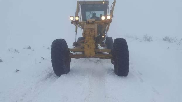 Urfa'da karla kaplı yolları açma çalışmaları yapılıyor
