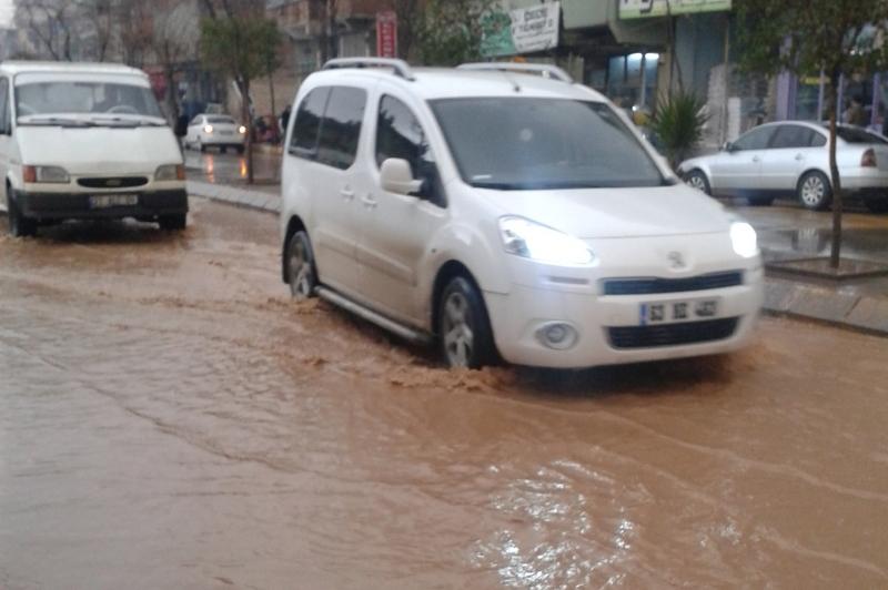Urfa'da yağmur caddeyi göle çevirdi