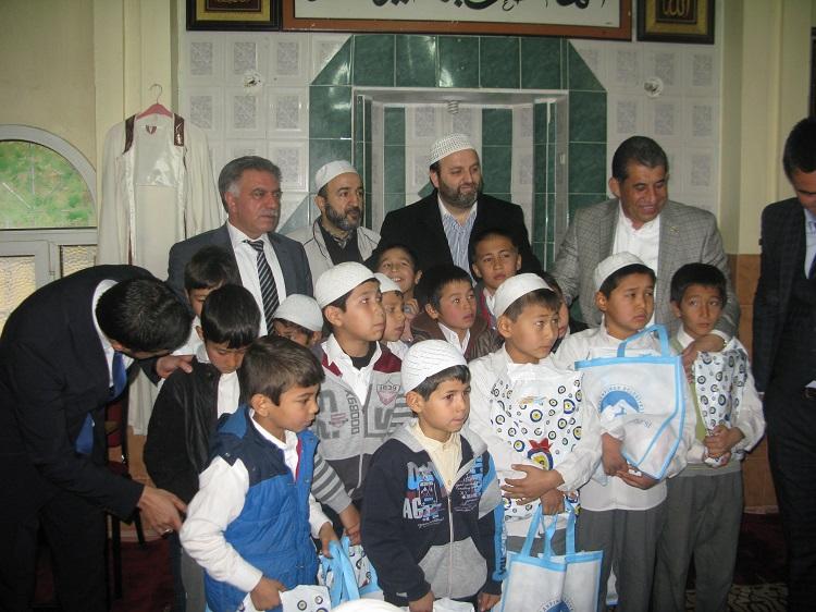 Camiye Gelen Öğrencilere Hediye