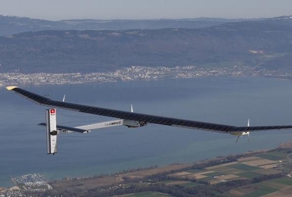 Dünyanın ilk güneş enerjili uçağı havalandı