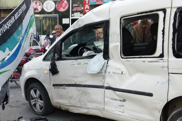 Halk otobüsü ile sivil bir arac çarpıştı: 2 yaralı