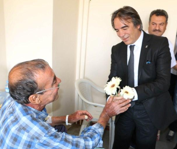 Prof. Bağlı, hastaları ziyaret ederek moral verdi