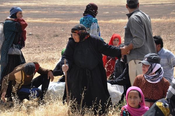 Sınırda bekleyen Suriyeliler Akçakale'ye taşındı