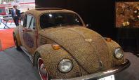 Fıstık kabuğu ile otomobili sanata dönüştürdü