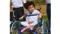 Minik Ayşegül tekerlekli sandalyesine kavuştu