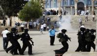 Mescid-i Aksa'yı basan İsrail askerleri Filistinlilere saldırdı