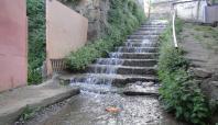 Okul merdivenleri kanalizasyon suyu altında kaldı