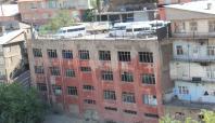 Yıkılma tehlikesi olan binanın üstü otopark olarak kullanılıyor