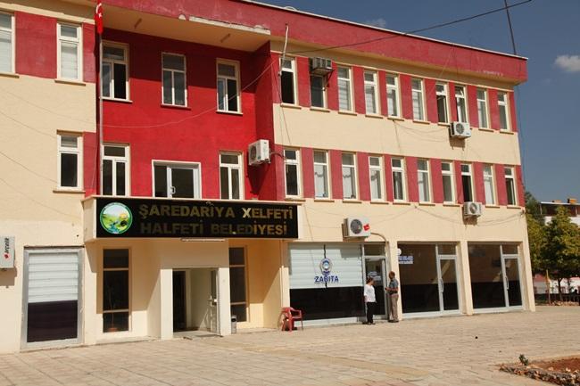 Belediye Binasına Kürtçe ve Türkçe tabela astılar
