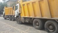 Cizre'de barikat için taş taşıyan 2 kamyona el kondu
