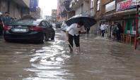 Kızıltepe'de aniden bastıran yağmur hayatı felç etti