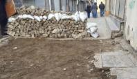 Yeniden hendek kazılan Sur'da halk evlerini terk ediyor
