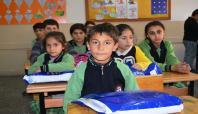 Kızılay Bitlis şubesinden mağdur çocuklara giyim yardımı