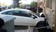 Otomobil askeri lojmanın balkonuna çarptı: 3 yaralı