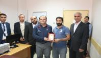 Kahta'da örnek doktora teşekkür plaketi verildi
