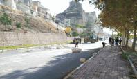 Birecik'te yuvarlanan kayalar yolu kapattı