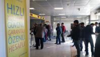 Halk, PTT işlemleri için saatlerce ayakta bekliyor