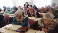 Yaşlı teyzelerin Kur'an öğrenme azimleri göz dolduruyor