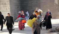 Sur'da yasağın kalkmasıyla halk ilçeyi terk ediyor