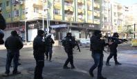 Diyarbakır'da polis aracına saldırı: 1 yaralı