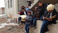 Çocuklar eksi 10 derecede Kur'an dersi görüyor