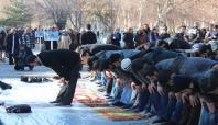 ODTÜ'deki olayları açık alanda namaz kılarak protesto ettiler