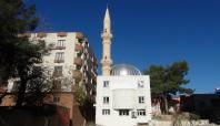 Minaresi içeride kalan cami ibadete açıldı